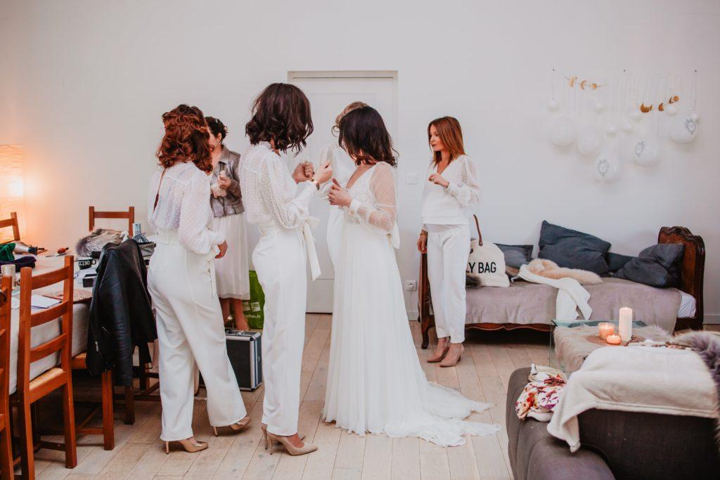 mariée préparatifs avec témoins