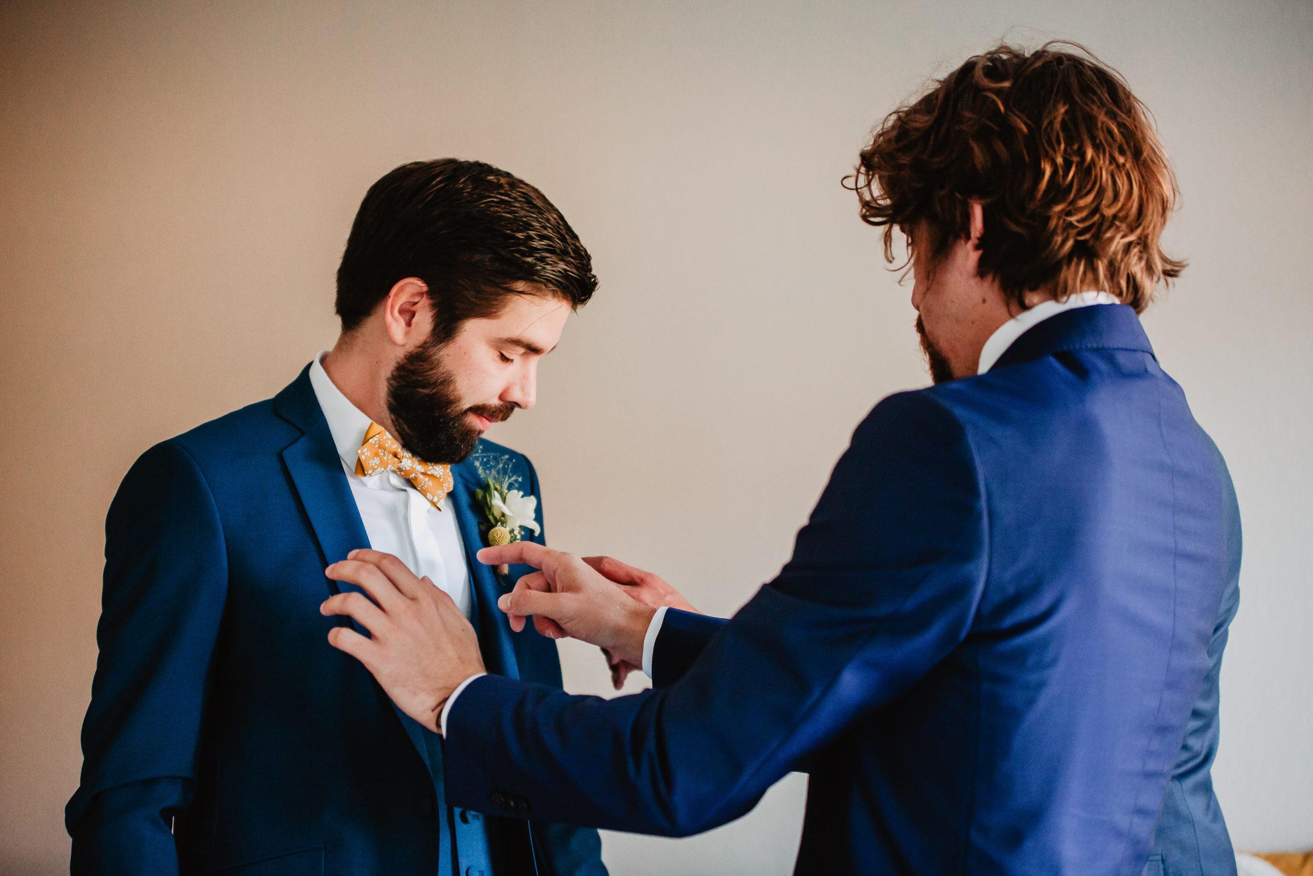 préparatifs boutonnière marié